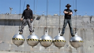 play [Mythbusters S6 Ep180 - Wrecking Ball Baloney / Bird Balance]